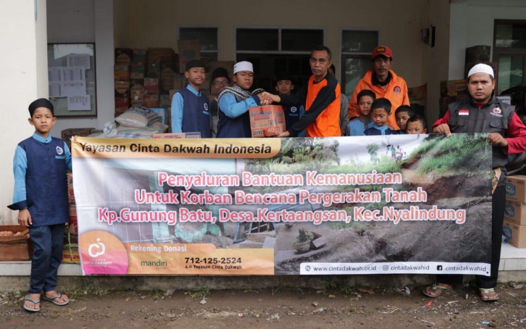 Anak-anak pesantren yatim ikut menyalurkan Bantuan Kemanusiaan Untuk Korban Longsor